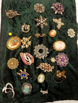 23 vintage brooches
