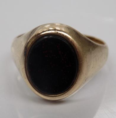 9ct Gold gents bloodstone signet ring size Q 1/2