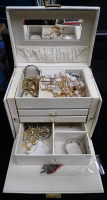 Vintage jewellery box containing jewellery, incl. yellow metal