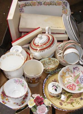 Box of collectables inc Aynsley, Wedgwood, Royal Albert etc