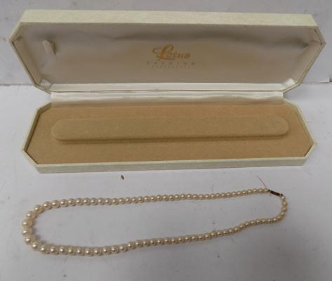 Genuine pearl necklace with 9ct gold clasp