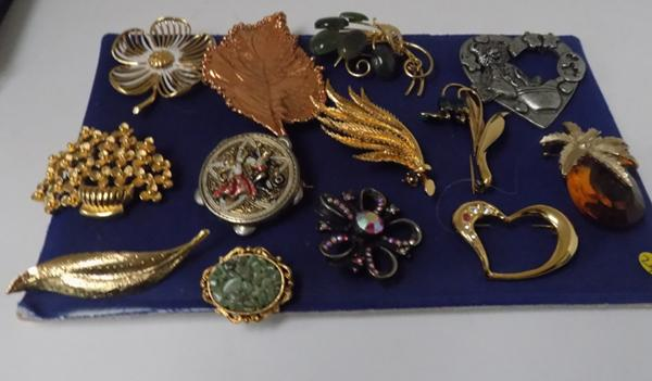 Collection of vintage brooches x14