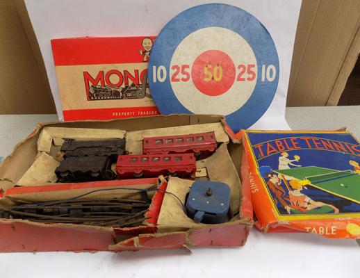 Box of vintage games incl. boxed early 1940's O gauge train set