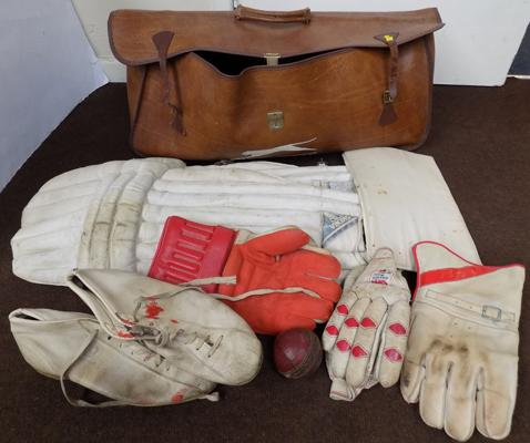 Vintage cricket set incl. pads, gloves etc.