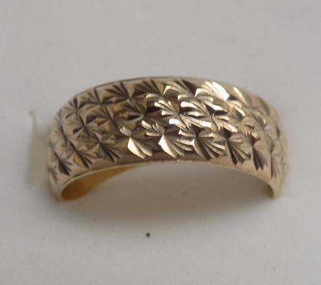 9ct gold broad patterned ring, size L 1/2