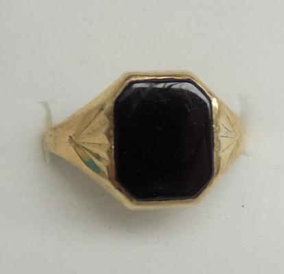 9ct gold black onyx signet ring, size T