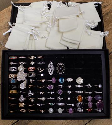 Large selection of fashion rings with 40 velour bags