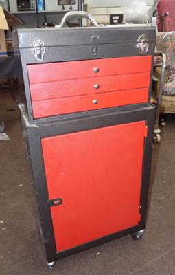 Tool cabinet on wheels