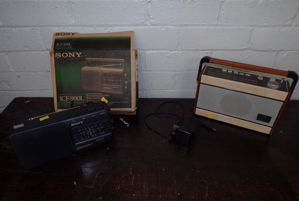 2 vintage radio's - Sony and Roberts