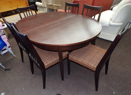 Oval extending dining table and 6 chairs