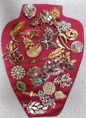 Large selection of vintage brooches