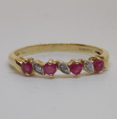 9ct gold diamond and ruby ring - size P1/2