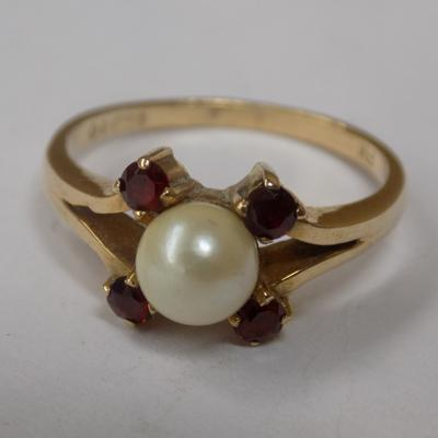 9ct gold pearl & red stone set ring, size Q