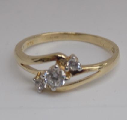 9ct gold trilogy ring - size M 1/2
