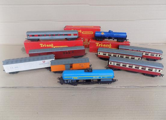 Selection of 9 carriages-some boxed
