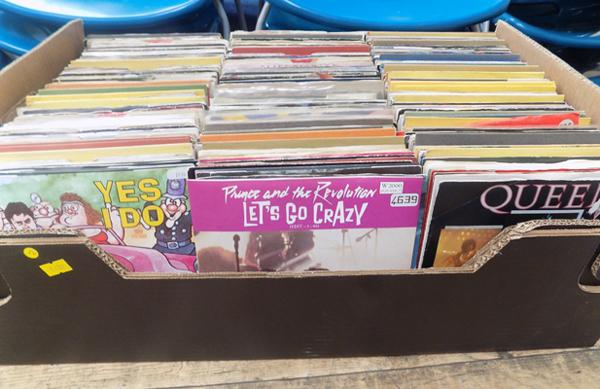 Large box of singles, Queen, Prince etc...