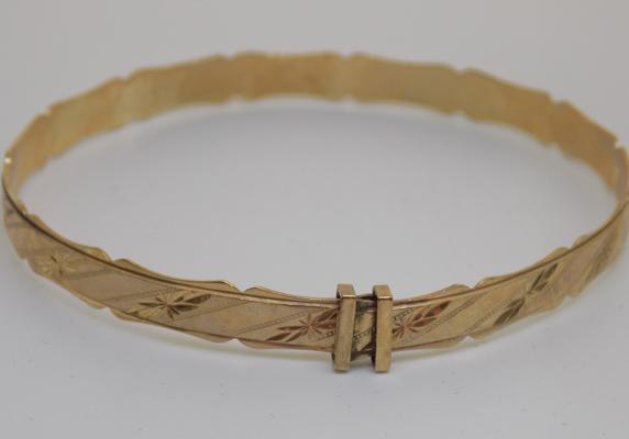 9ct gold diamond cut patterned bangle