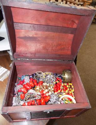 Jewellery box and jewellery