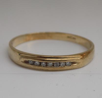 9ct gold diamond eternity ring - size S 1/2