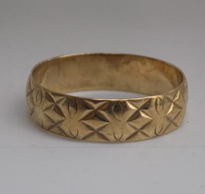 9ct gold patterned ring - size S