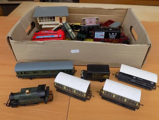 Box of 00 gauge trains, incl. engine, rolling stock etc...