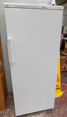 AEG freezer w/o but requires a clean