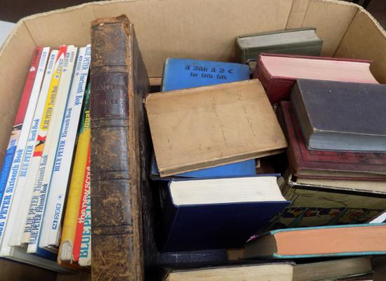 Box of assorted vintage books incl. annuals