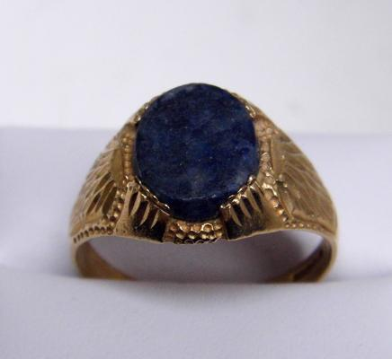 9ct gold signet ring with unusual stone size V