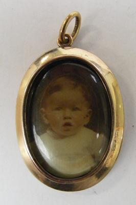 December 1909 memorial locket, Memento Mori, 9ct gold 5.6g
