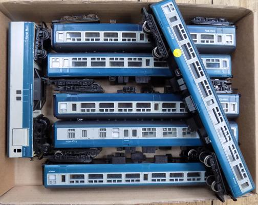 7 '00' gauge railway coaches