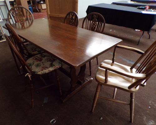Oak dining table with 6 chairs, incl 2 carvers - table size approx. 30 x 66 inches