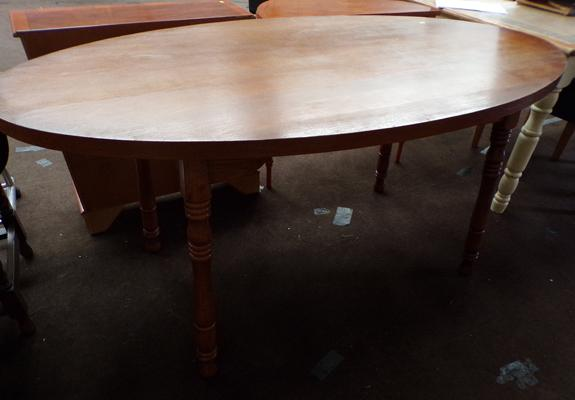 Oval kitchen/dining table. 36x66 inches