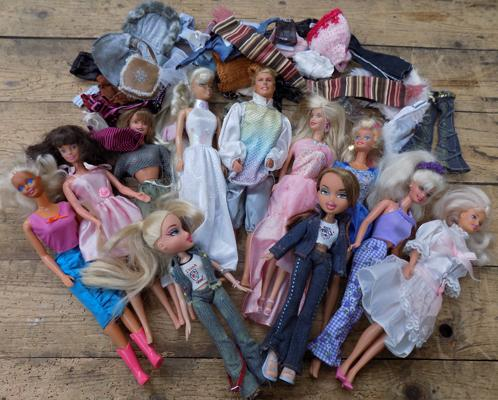 9 Sindy dolls + 2 others