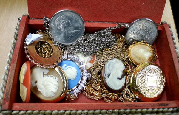 Jewellery box + contents, incl. cameos, crowns etc...