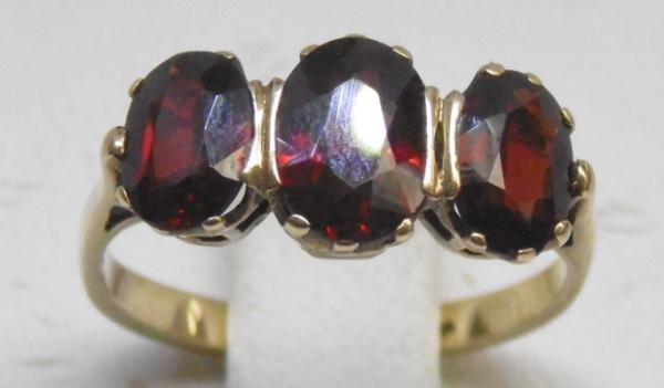 9ct Gold garnet trilogy ring size J