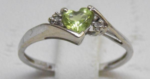 9ct Gold diamond & peridot trilogy ring size O