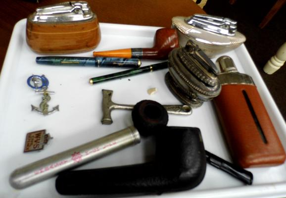 Tray of mixed collectables, incl. pipes, badges