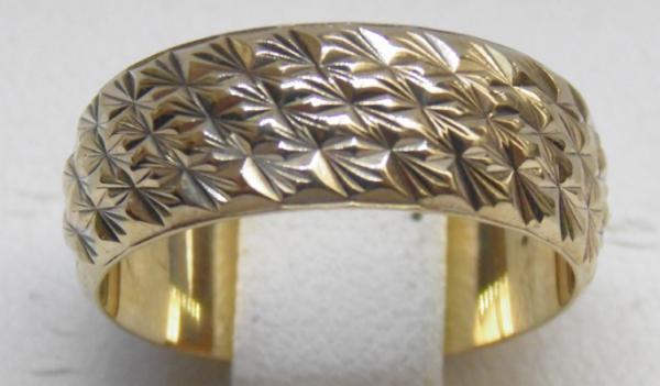 9ct Gold diamond cut patterned ring size L 1/2