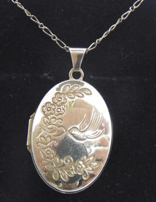 9ct Gold chain & locket patterned front & verse on the back 18 inch chain