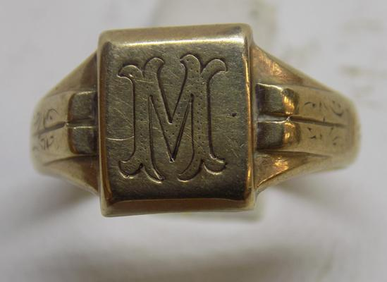 9ct gold gent's ring, enscribed 'M', size N
