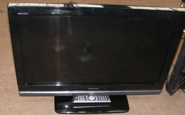 Toshiba 32 inch flat screen + remote - W/O