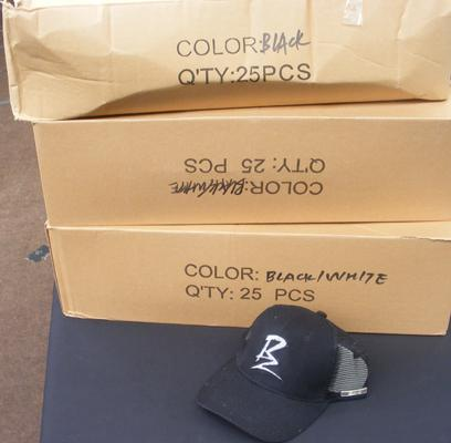 Approx. 75 Ballaz black & white & black baseball caps