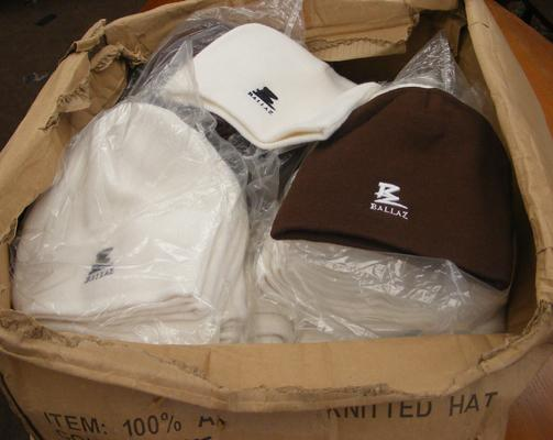 Box of beanie hats, white & brown, approx. 110