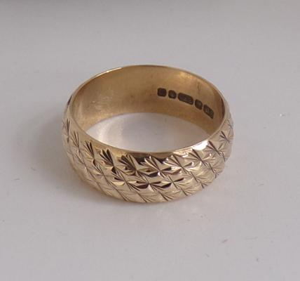 Vintage 9ct gold diamond cut, patterned ring