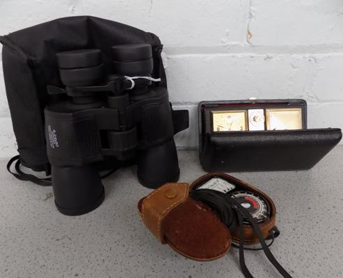 Vintage items incl. light meter, binoculars and travel alarm