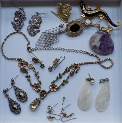 Assortment of vintage jewellery, incl. silver earrings
