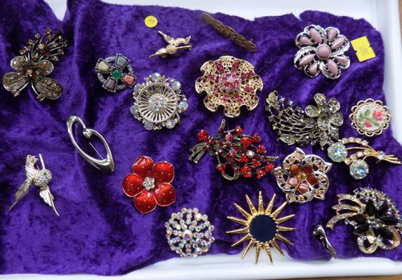 19 vintage brooches - some rare