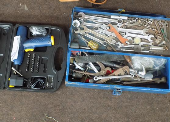 Selection of tools with metal case