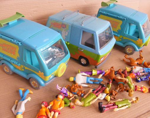 29 x Scooby Doo figures + 3 Mystery machine vans