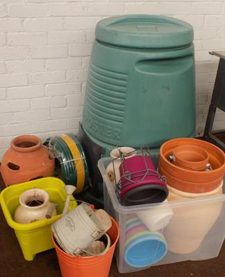 Selection of gardening items, incl. composter, sealed hosepipe, planters etc...